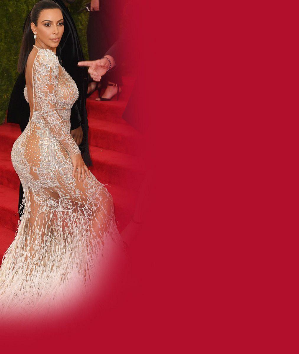 Kim Kardashian se zastínit nenechá: V šatech vojenského stylu vystavila svůj ženský zbrojní arzenál