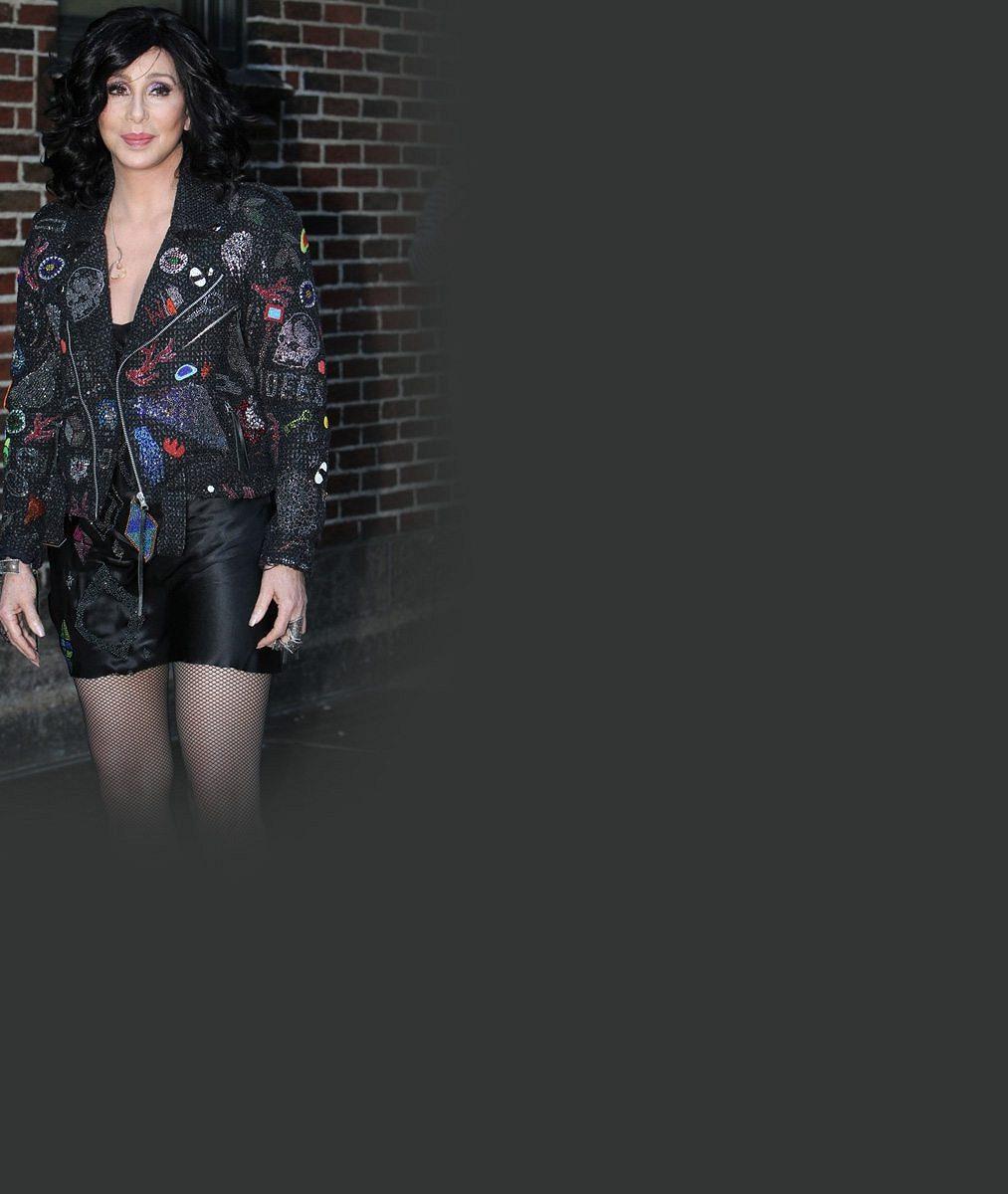 Cher zakonzervovala své ženské přednosti: Před sedmdesátkou ukázala dokonalá stehna v mini šatech