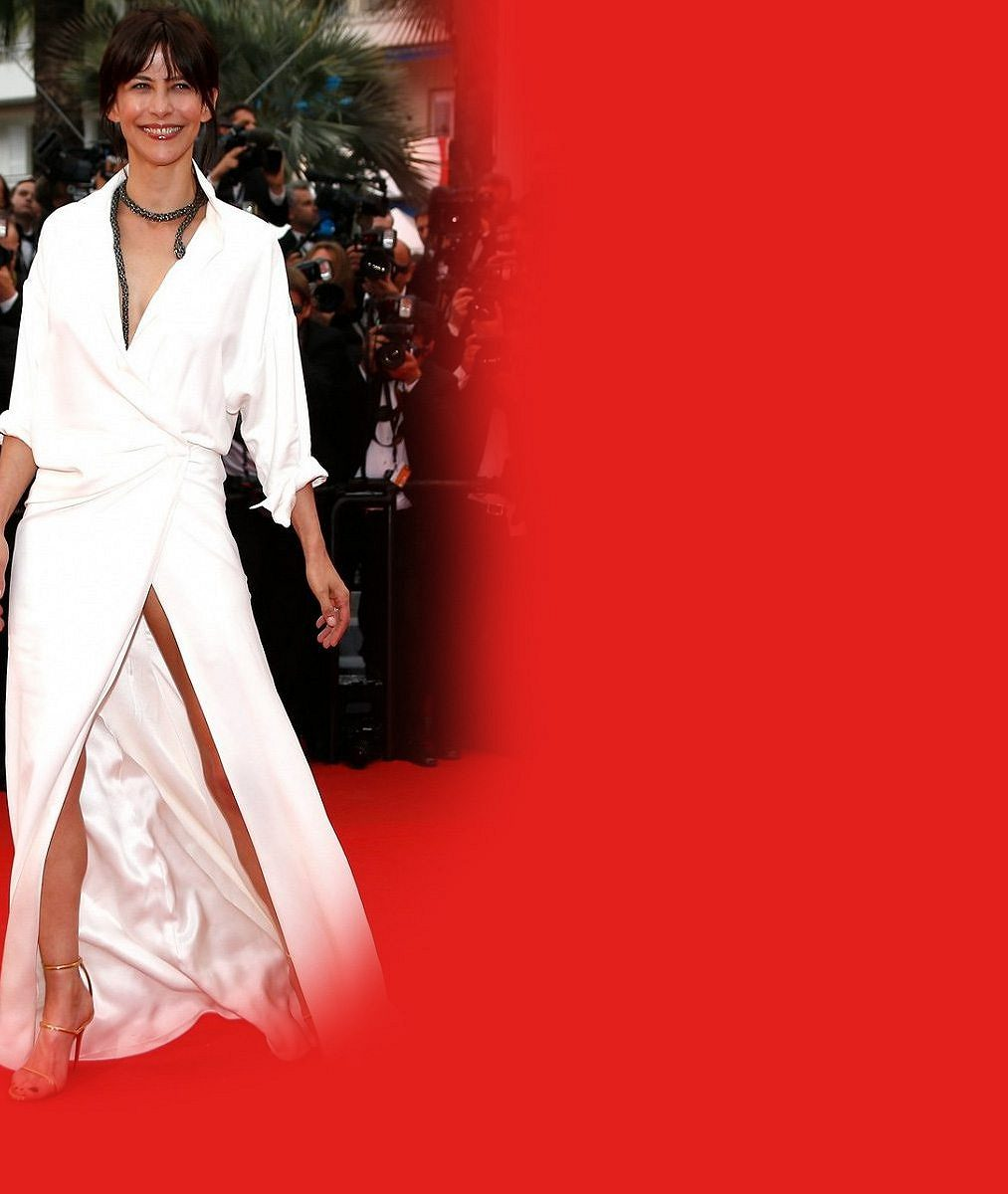 Bývalá Bond girl (48) se v Cannes neztratí: Po kalhotkách už ukázala i ňadro
