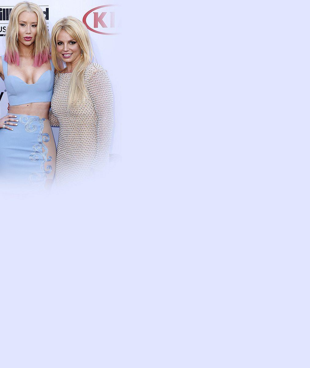 Britney Spears v latexu zadupala do země o dekádu mladší kolegyni se zvětšenými ňadry