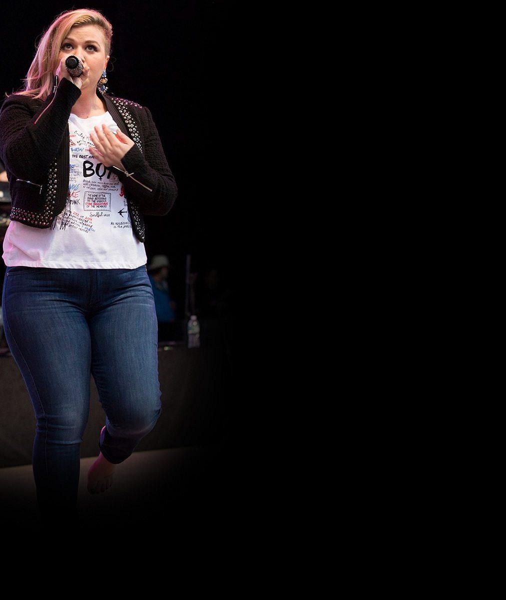 Poznáte zpěvačku, která přestala maskovat nadváhu a koncertovala bosá v těsných džínech?