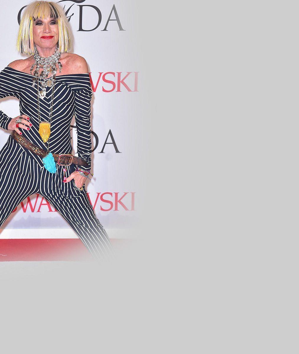 Potrhlá návrhářka zakončuje v 72 letech svou přehlídku provazem a parádní hvězdou
