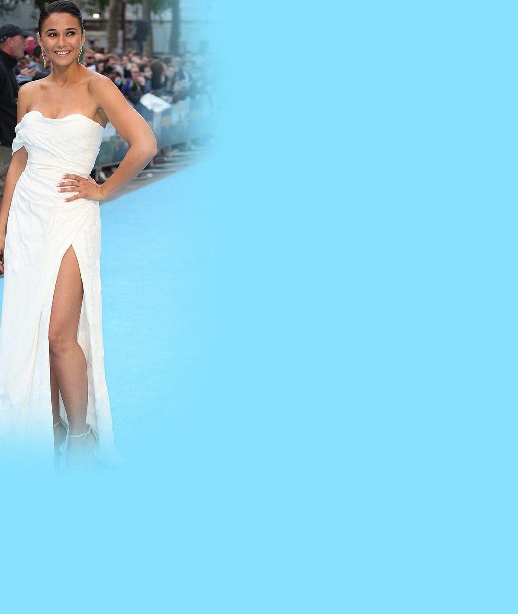 Vítr je prevít: Herecká kolegyně Kláry Issové nechtěně ukázala kalhotky ve stylu Marilyn Monroe