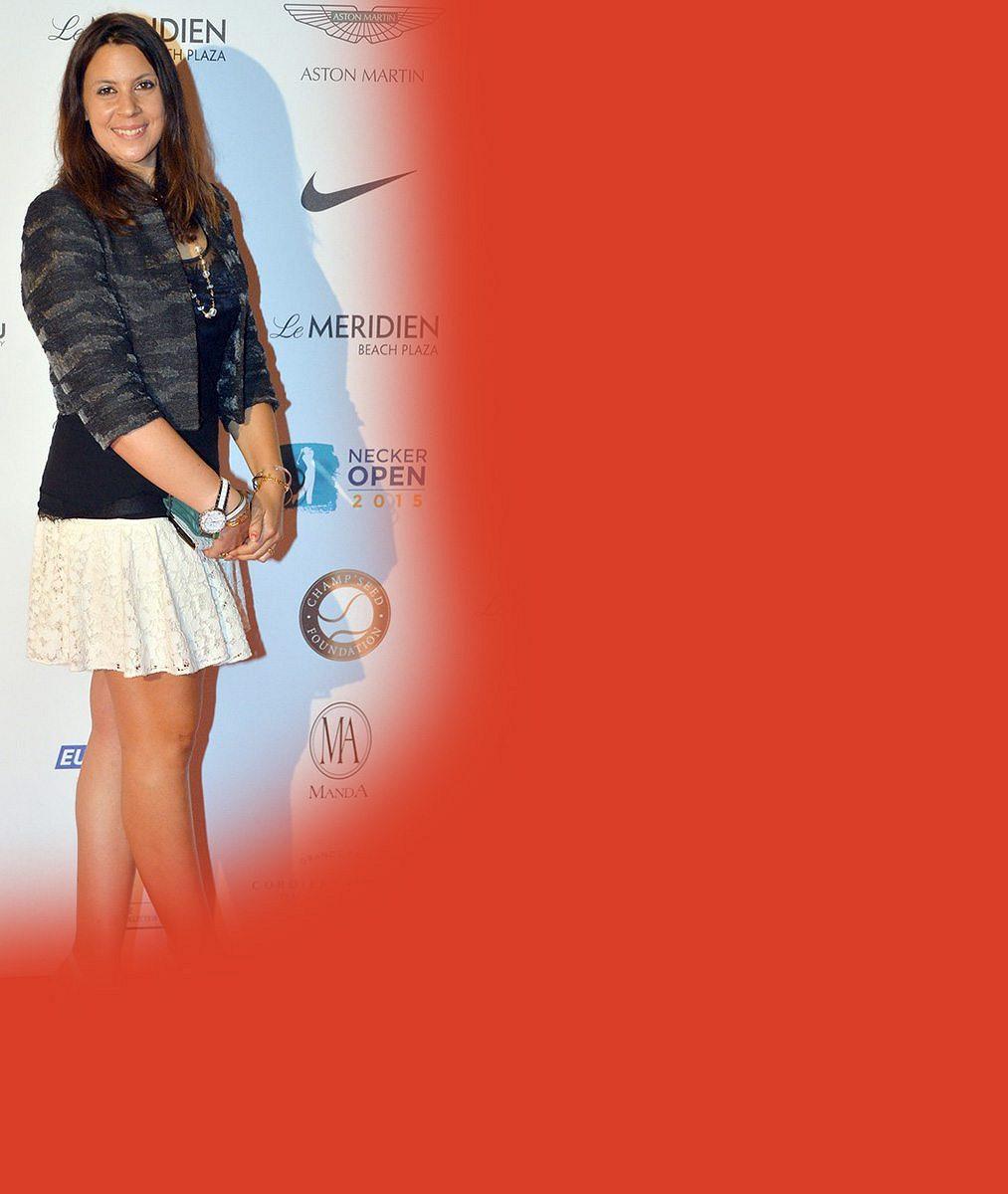 Do dámy má daleko: Vítězka Wimbledonu se rozvalila na tribuně