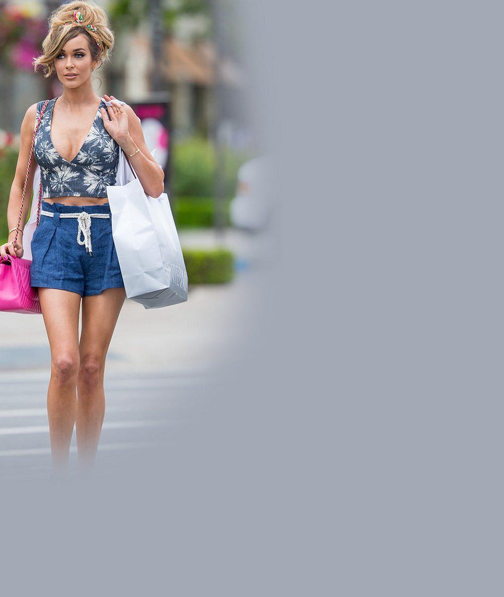 Kam se na ni hrabe Barbie: Takhle neuvěřitelně se manželka slavného sukničkáře vyšňořila na nákupy