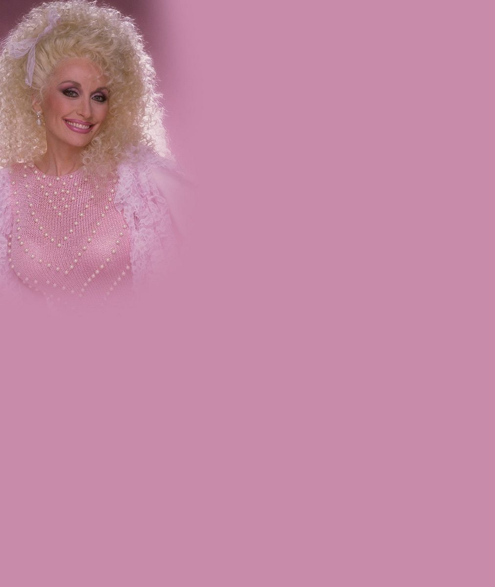Obří hrudník, nevkusné modely a peroxidové peklo na hlavě: Tahle stárnoucí zpěvačka se své image prostě nevzdá