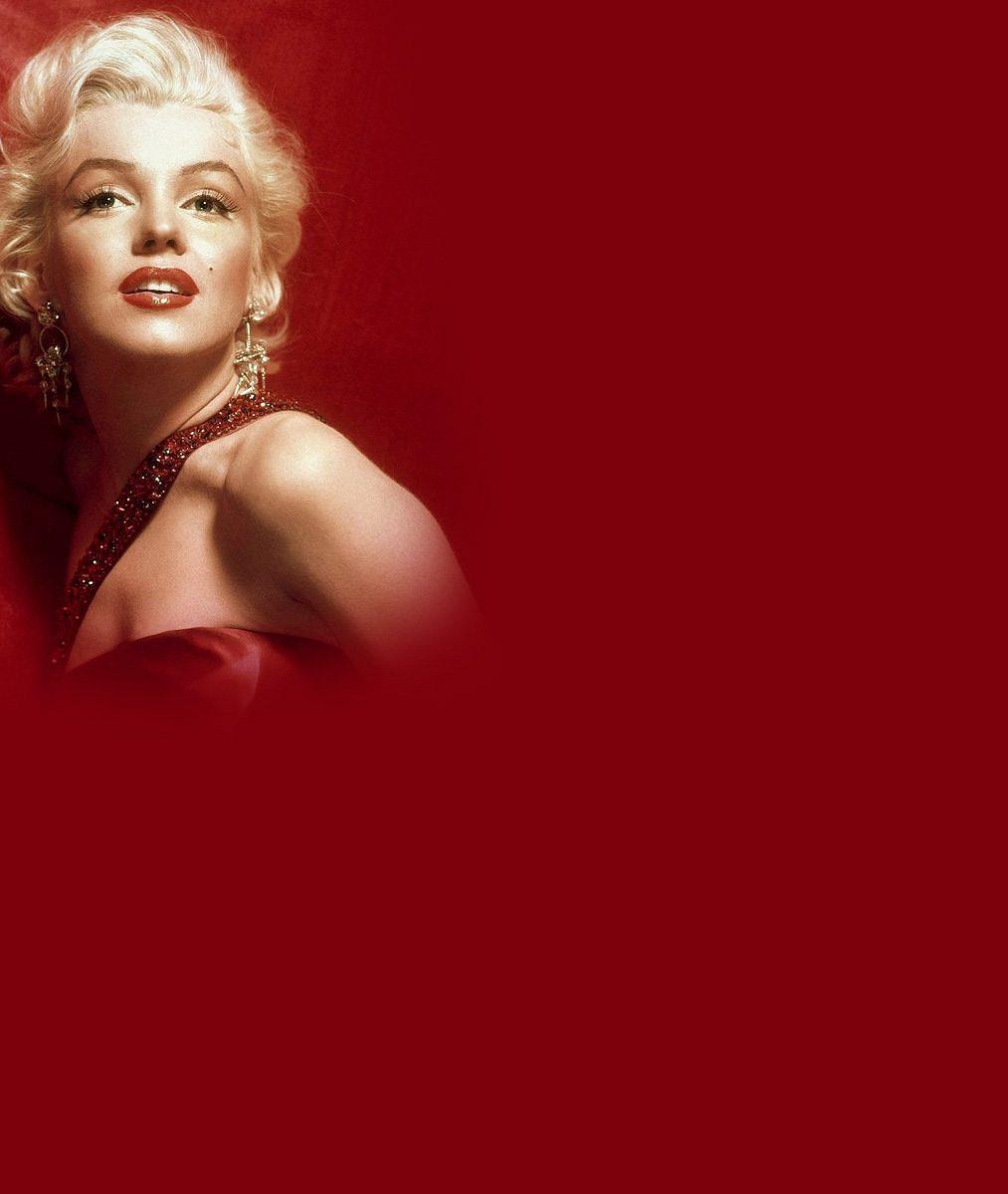 Když dvě dělají totéž, není to totéž: Takhle vystrkuje z vody zadeček nejnovější kopie nesmrtelné Marilyn