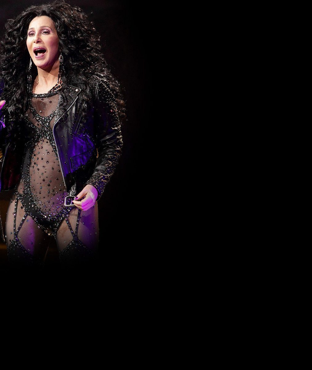 Cher si kousek před sedmdesátkou troufá odhalovat spodní prádlo voveralu zkrajky