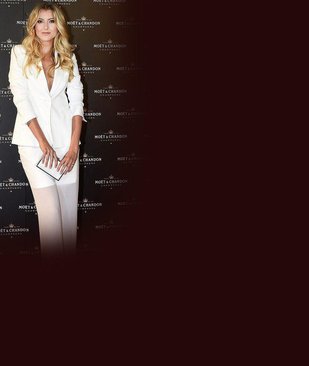 Takový luxusní dárek nečekala: Blonďatá moderátorka SuperStar letěla na festival soukromým tryskáčem