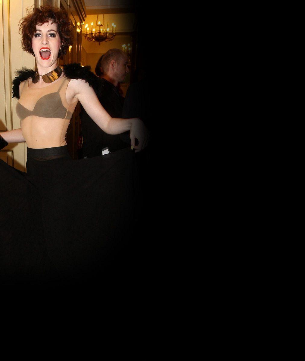 Nejextravagantnější porotkyně SuperStar? Pohublá zpěvačka vyráží do společnosti klidně jen v podprsence