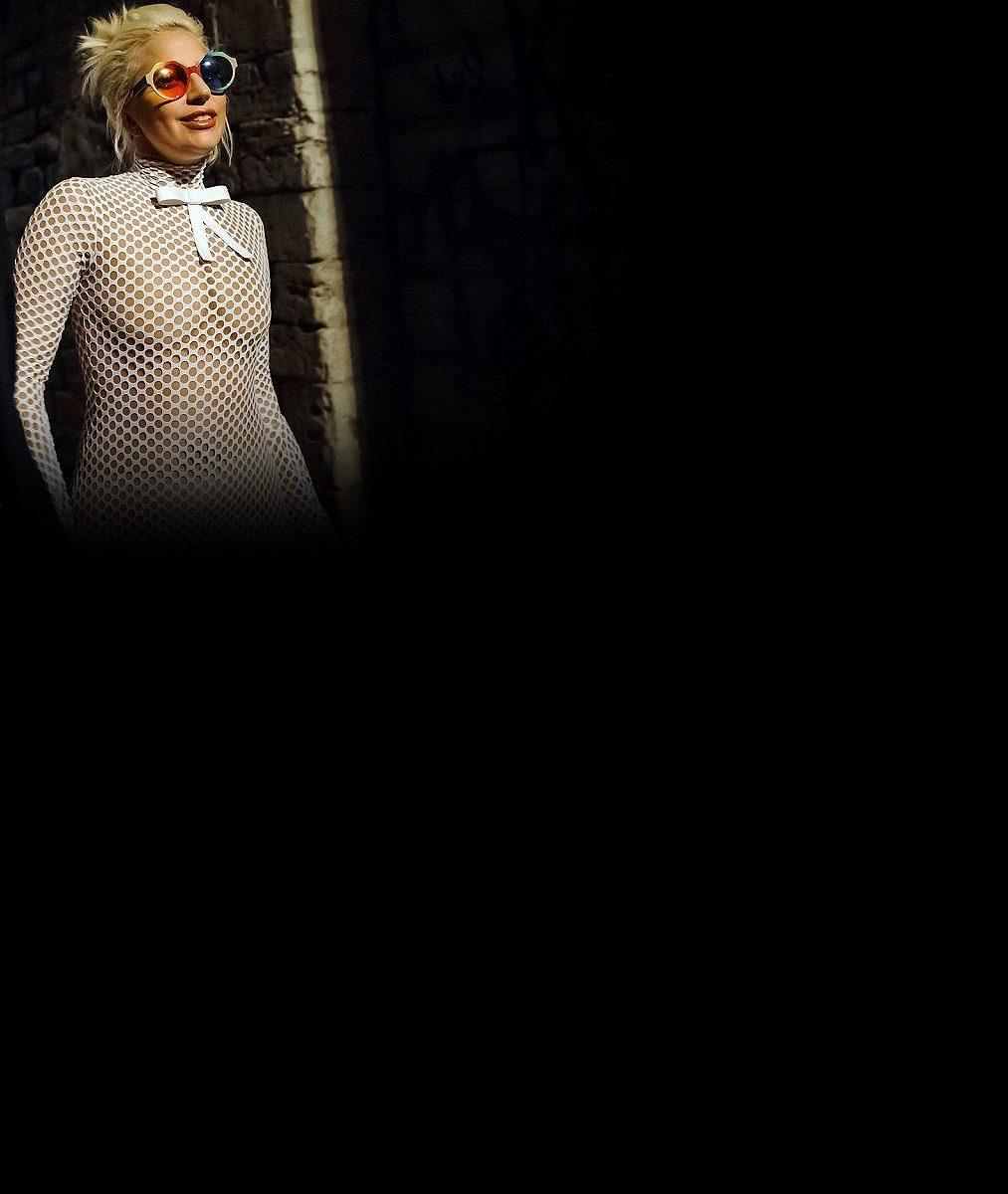 Tohle mělo být sexy? Lady Gaga rozplácla své vnady v síťovaném overalu