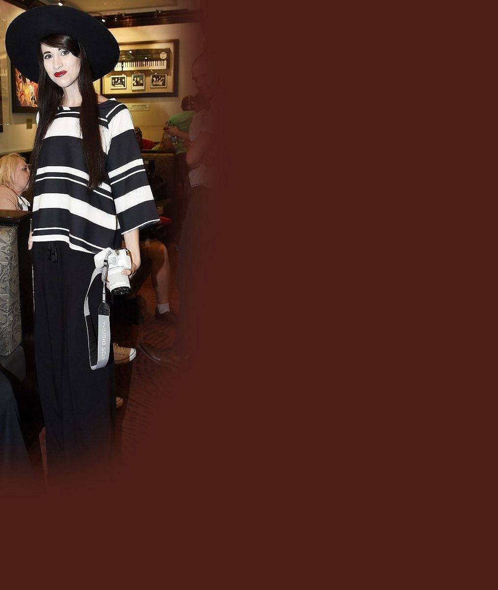 V tomhle klobouku málem neprošla dveřmi: Česká Lady Gaga bledá jako smrt poutala pozornost