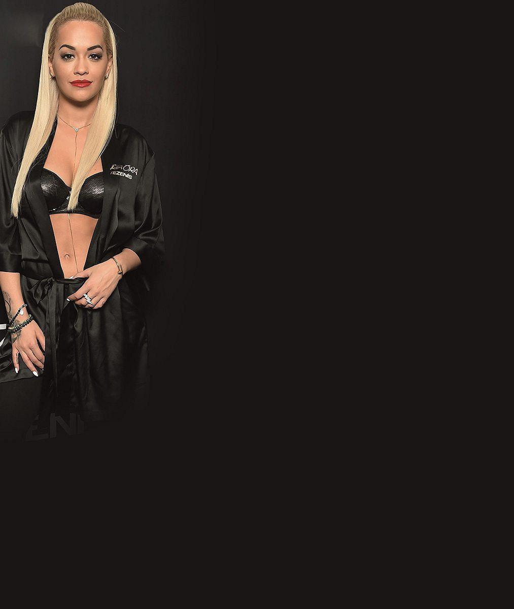 Prádlo už ani neskrývá. Popová diva Rita Ora se na veřejnosti ukázala rovnou v podprsence