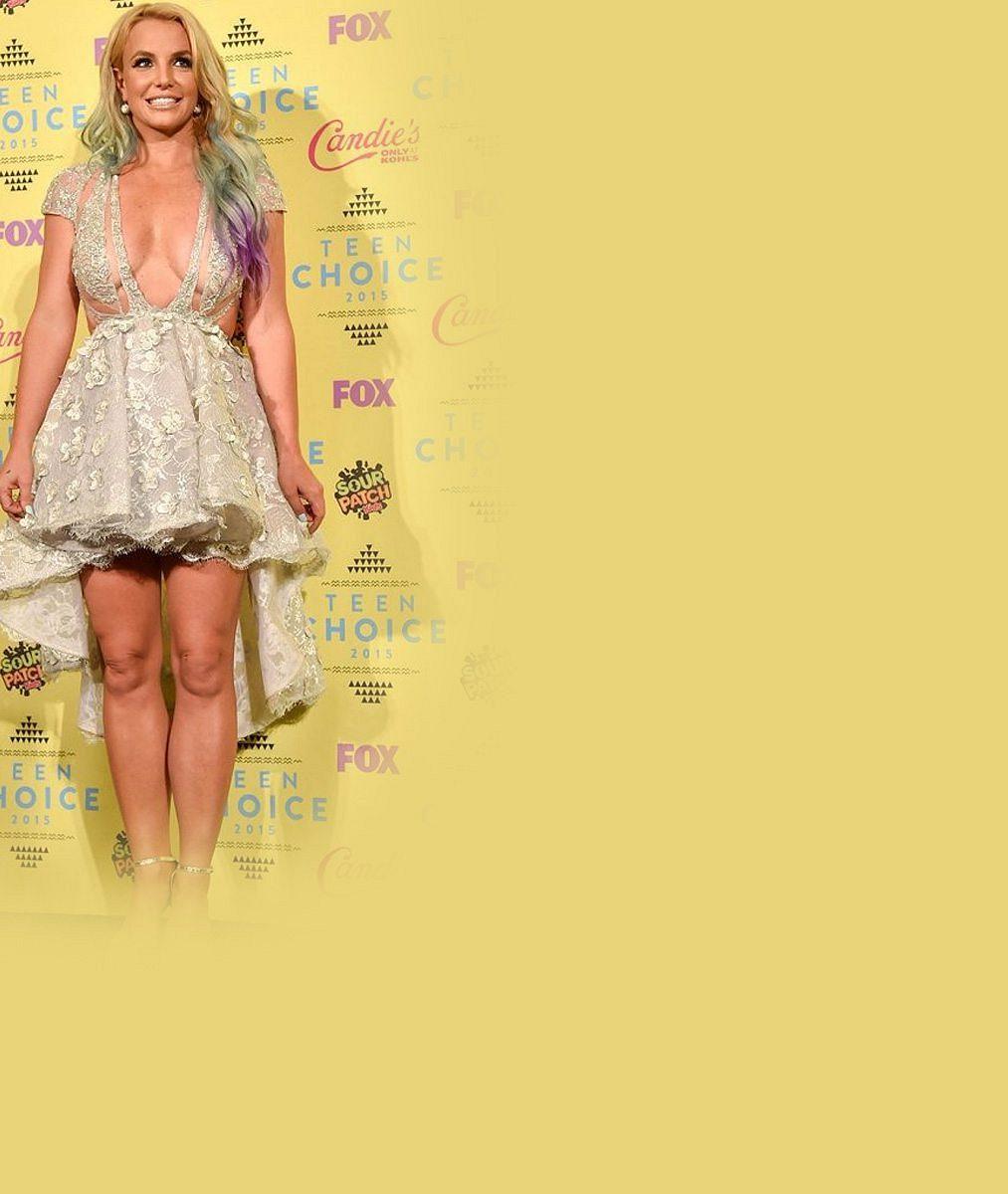 Je to ještě mládeži přístupno? Britney Spears oblékla na akci pro děti odvážné šaty s obřím dekoltem