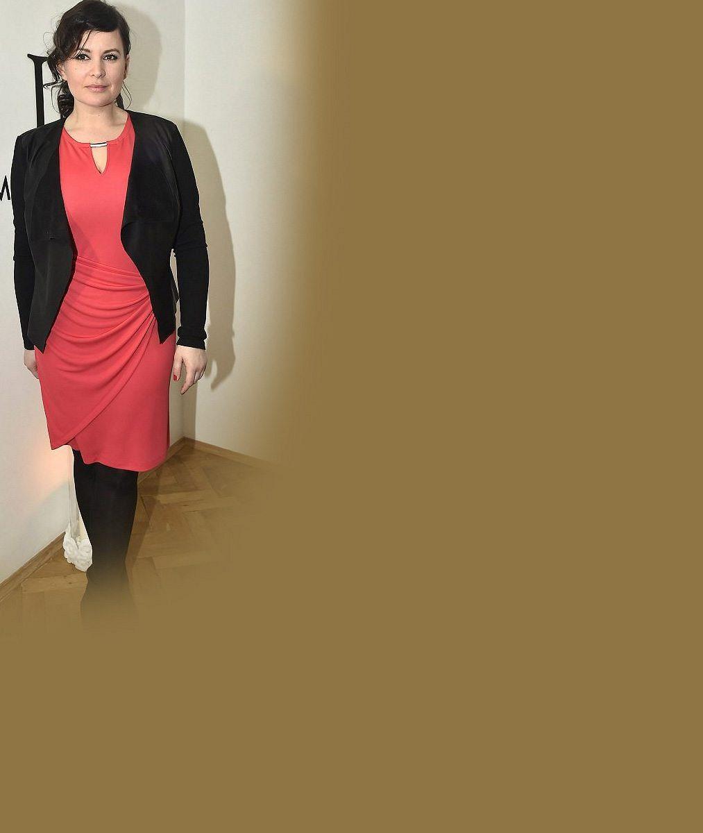 Konečně pořádná sexy samice: Jitce Čvančarové ušila návrhářka obtažené šaty s průsvity od boků po stehna