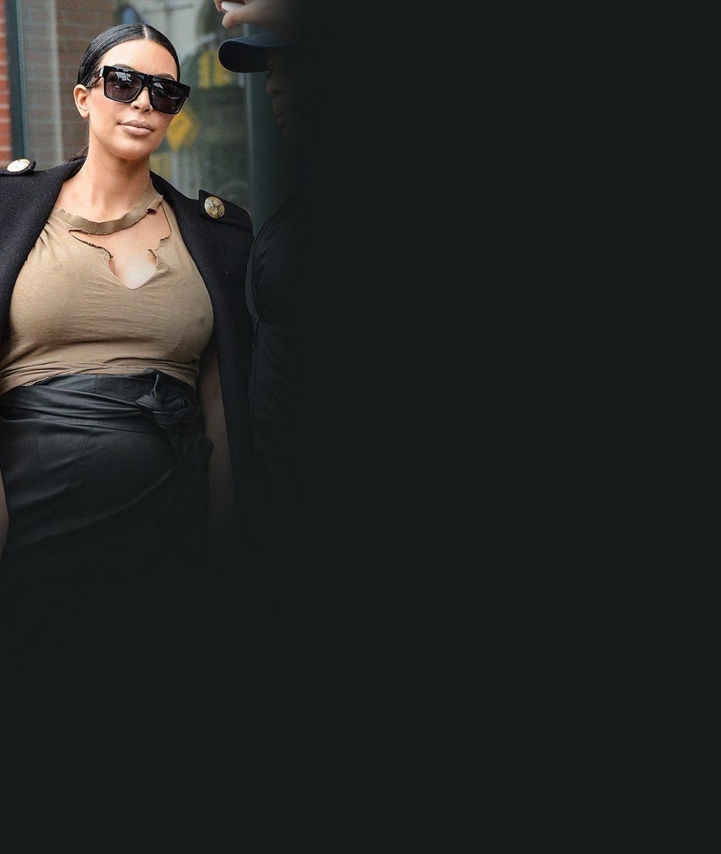 Těhotná Kim Kardashian oblékla naprostou příšernost: V outfitu slonovinové barvy připomínala březí slonici