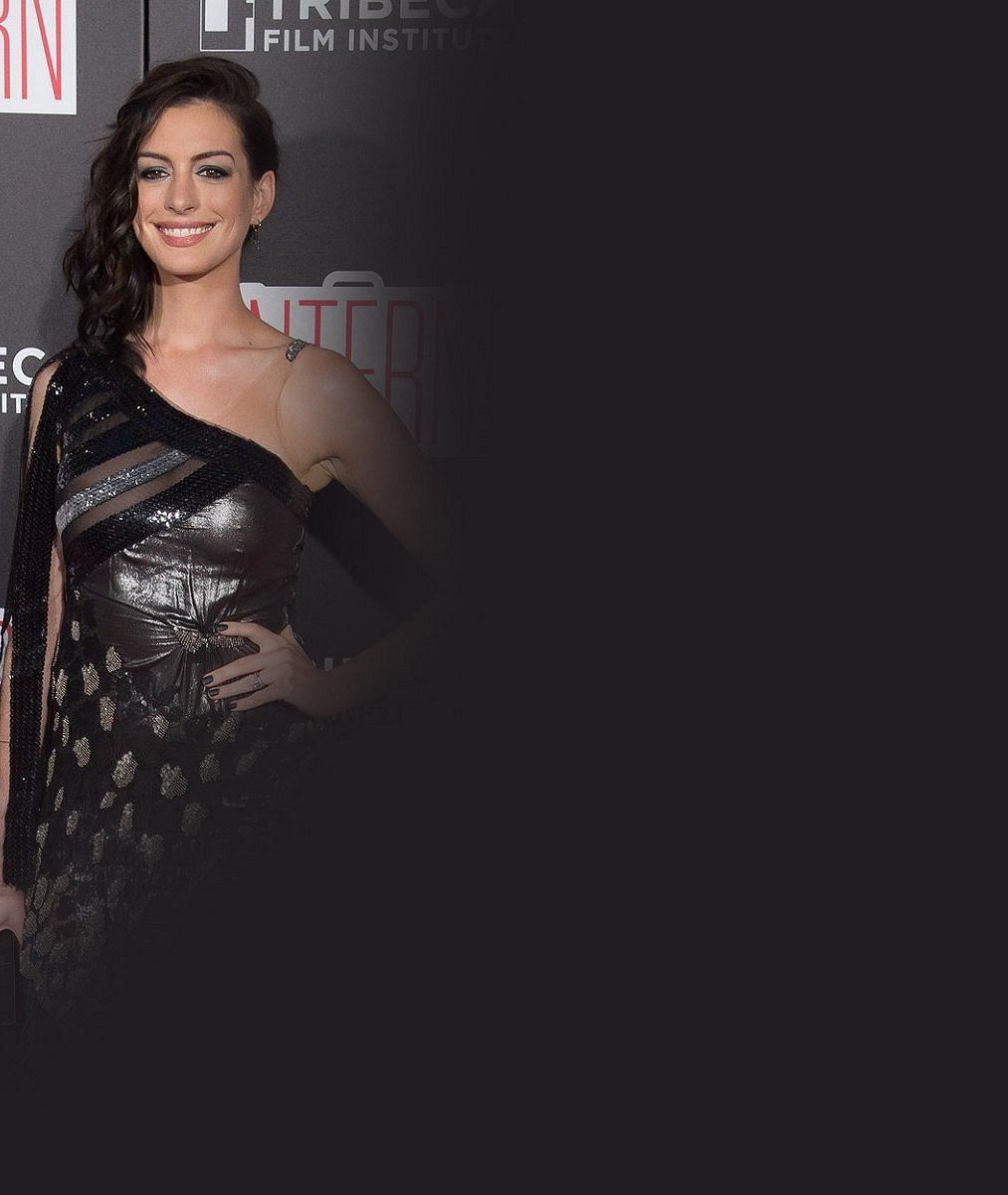 Oscarové herečce se vymstily odvážné šaty: Na premiéře neuhlídala své prsní partie