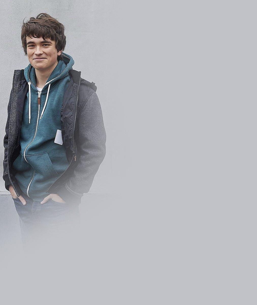 Víte, kdo je tento usměvavý hezounek z Ulice? O 10 let mladší bratr Jirky Mádla