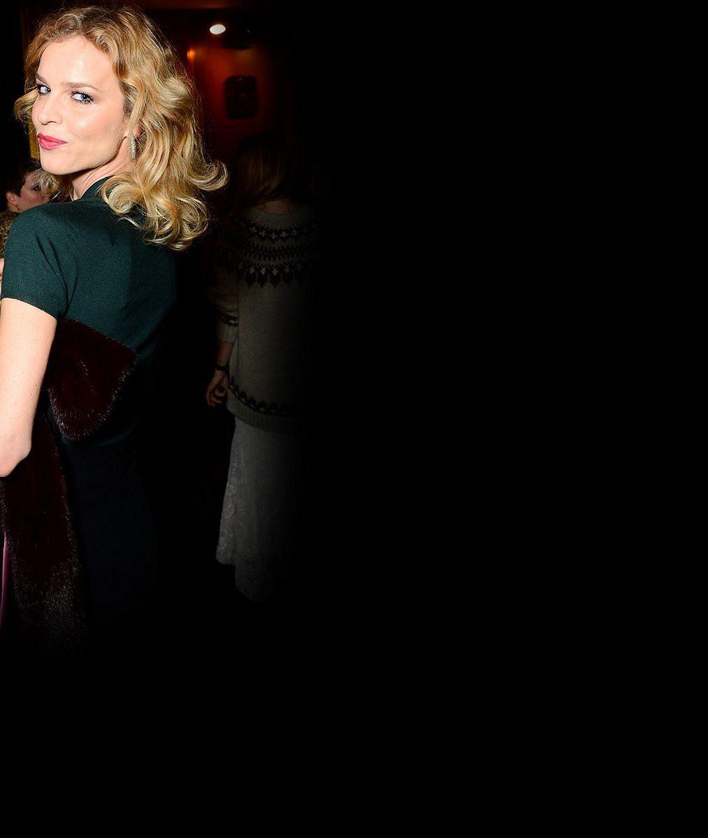 Evě Herzigové (42) k titulu hvězdy premiéry postačilo tričko se sukní a popcornem