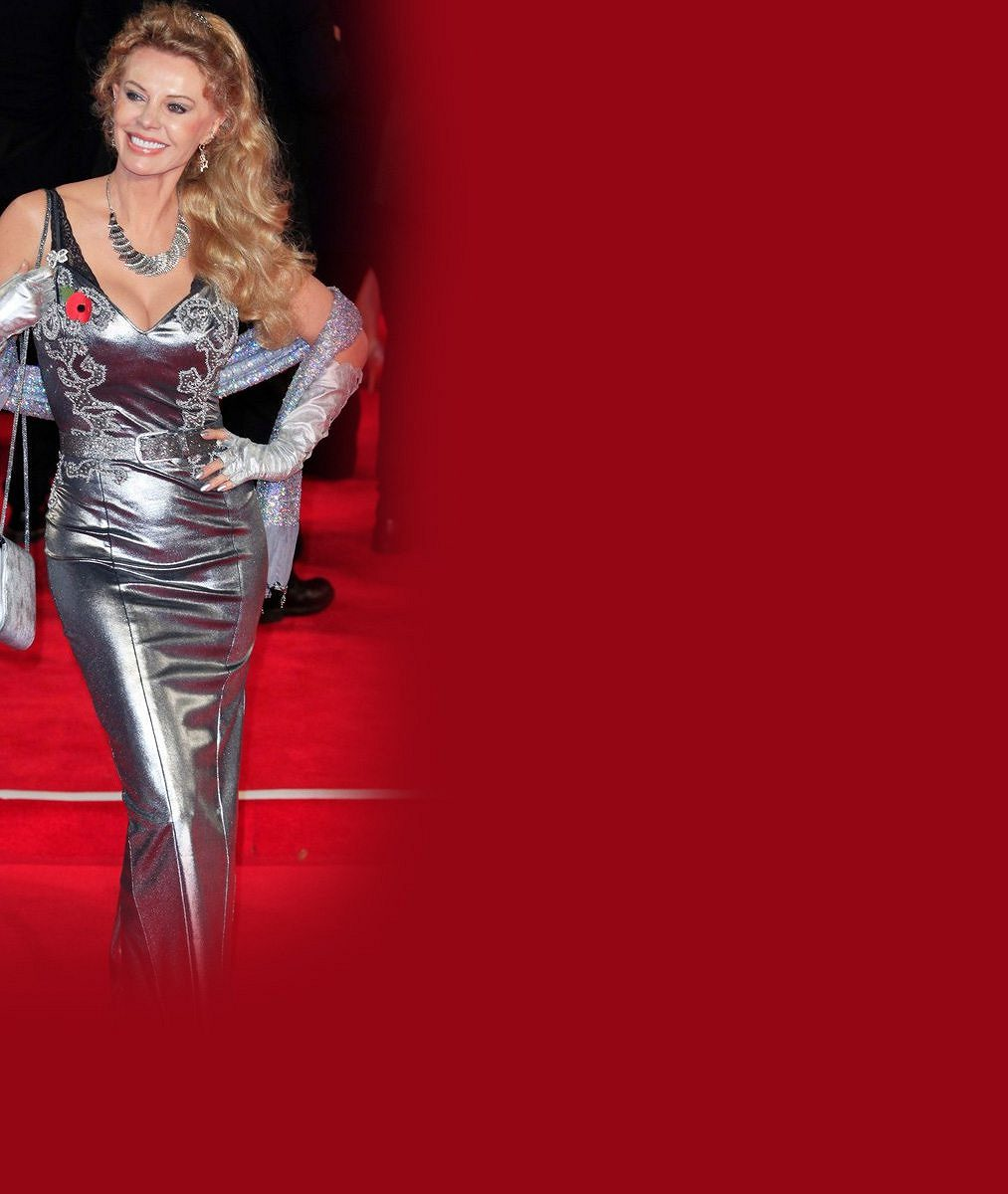 Bývalá Bond girl byla ozdobou premiéry: V 65 letech předvedla dokonalou figuru