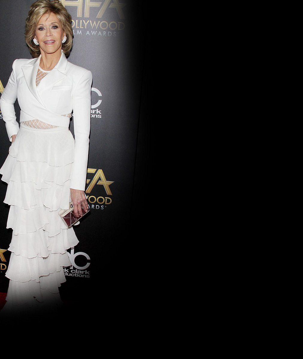 Neskutečná Jane Fonda: V 77 letech přebírala cenu v modelu s odhaleným pasem