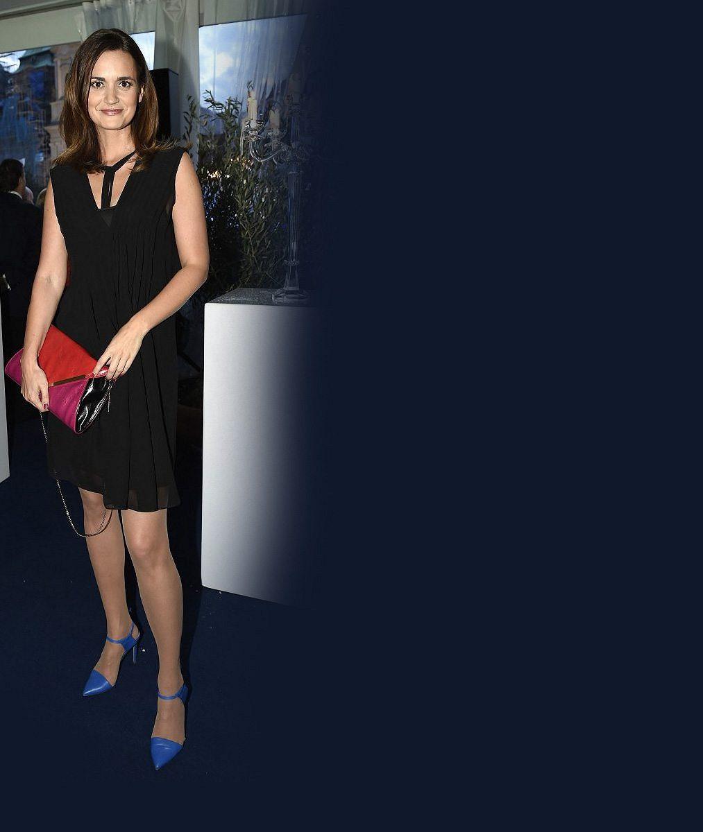 Krásná zprávařka z veřejnoprávní televize má za sebou první filmovou roli: Nechala si kvůli ní ušít tyhle šaty
