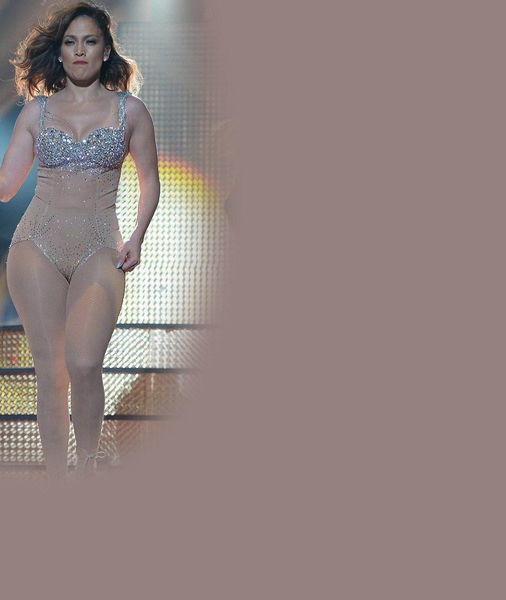 Jennifer Lopez (46) předváděla na pódiu psí kusy: Není divu, že jí těsný kostým vypověděl službu