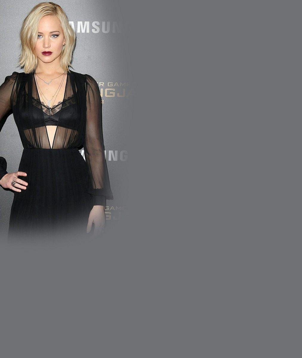 Jennifer Lawrence na premiéře nezklamala: Hodila do sebe panáka avprůsvitných šatech ukázala podprsenku