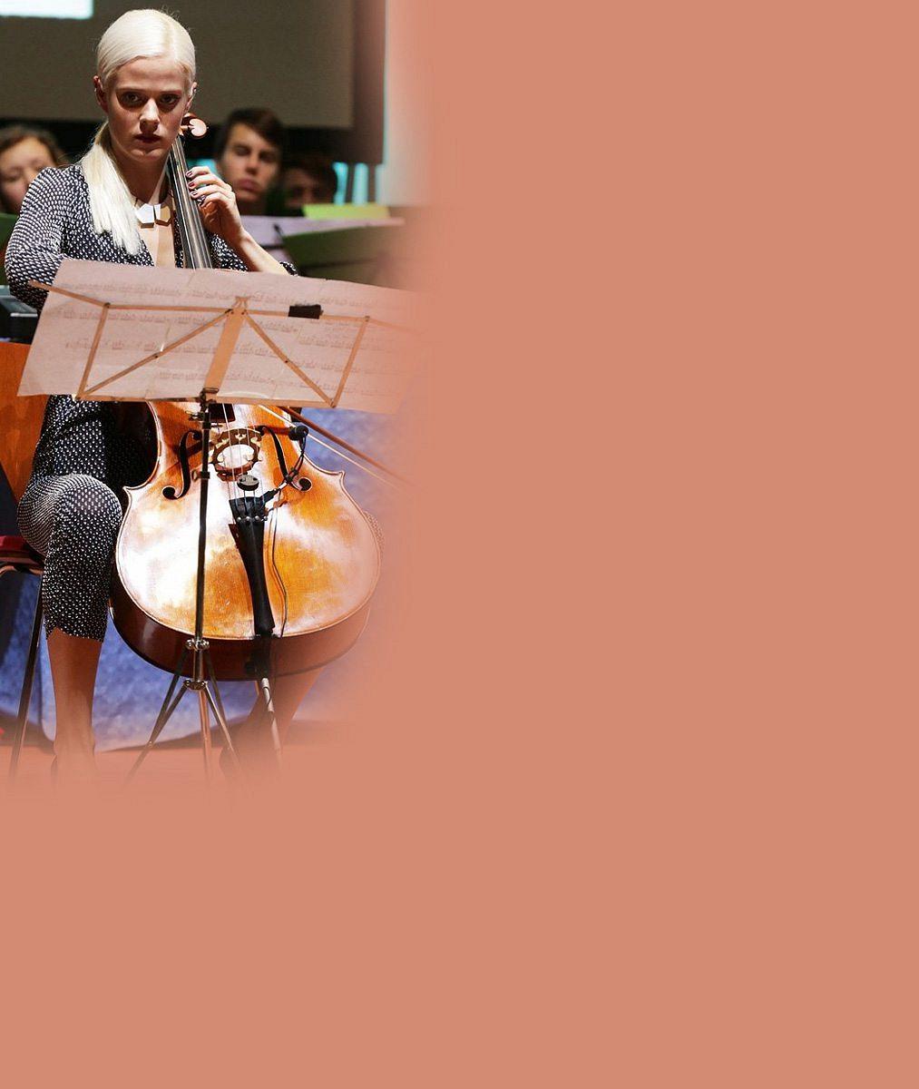 Krásná česká violoncellistka odložila svůj nástroj a nechala se zvěčnit do kalendáře. Líbí se vám?