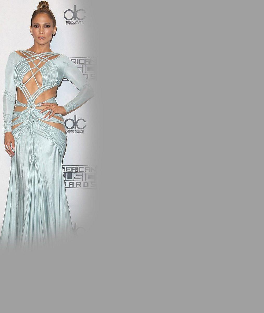 Jennifer Lopez v rafinovaných šatech poodhalila ňadra i svůj miliónový zadeček