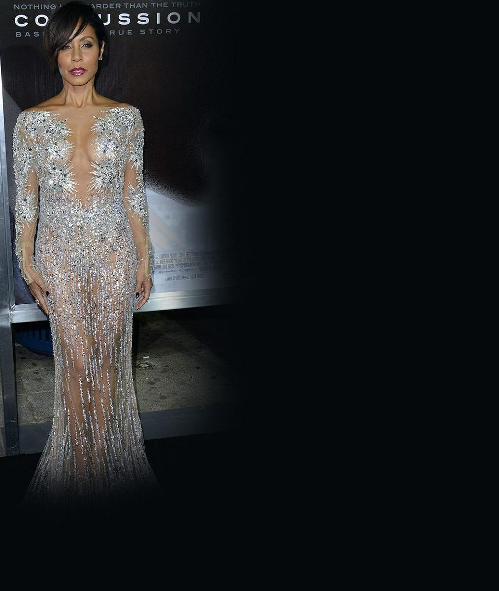 Manželka slavného herce si oblíbila téměř neviditelné šaty: V této parádě ukazuje ňadra