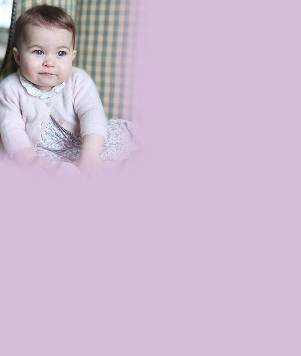 8nejlepších fotek princezny Charlotte (5), která ráda vyplazuje jazyk na fotografy: Roztomilá princeznička slaví narozeniny