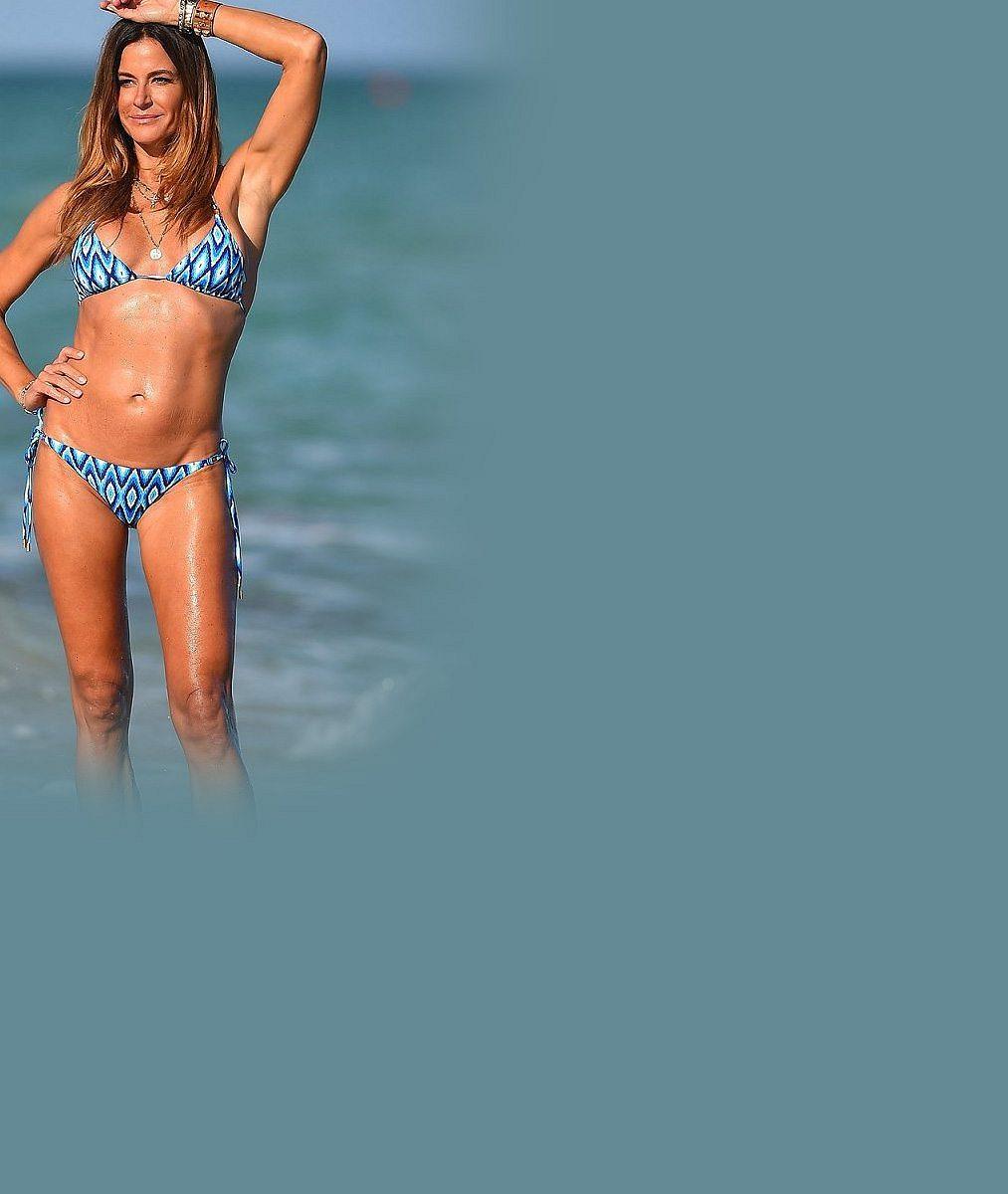 Tato dáma vbikinách klame tělem: Bývalé modelce sdokonalými křivkami opravdu táhne na padesát