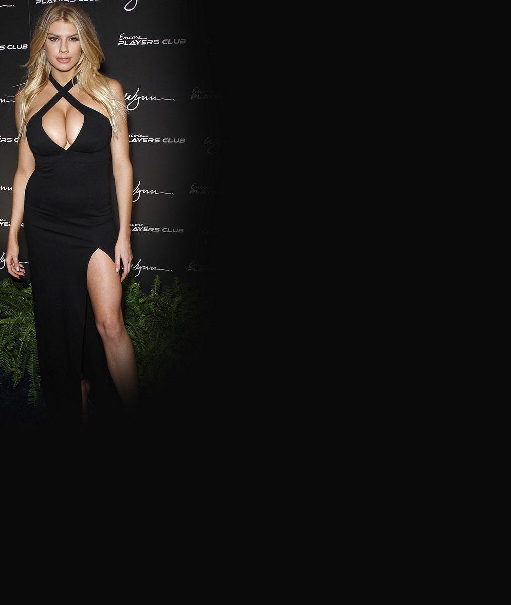 Pánové nevěděli kam s očima: Sexy modelka napěchovala své přírodní pětky do rajcovních šatů