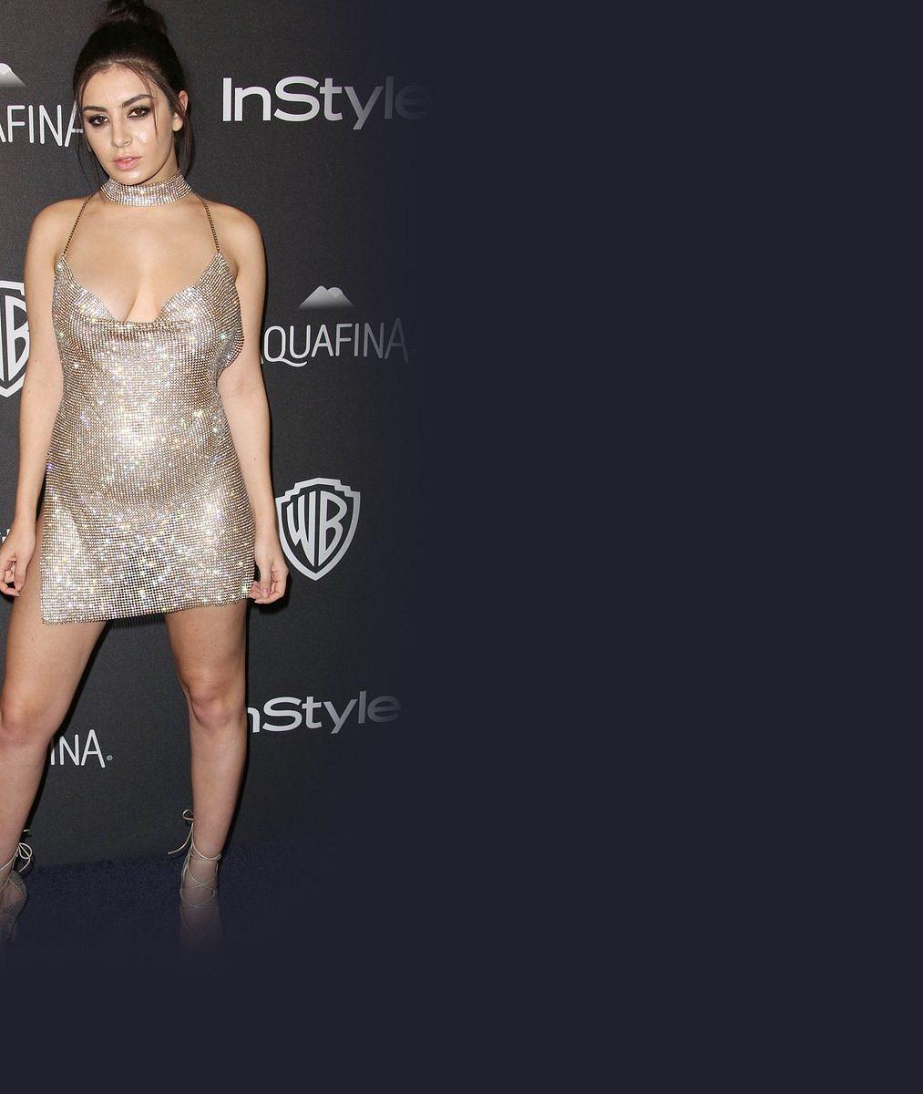 Pro představivost toho moc nezbylo: Rozverná zpěvačka se na večírku obešla bez kalhotek i podprsenky