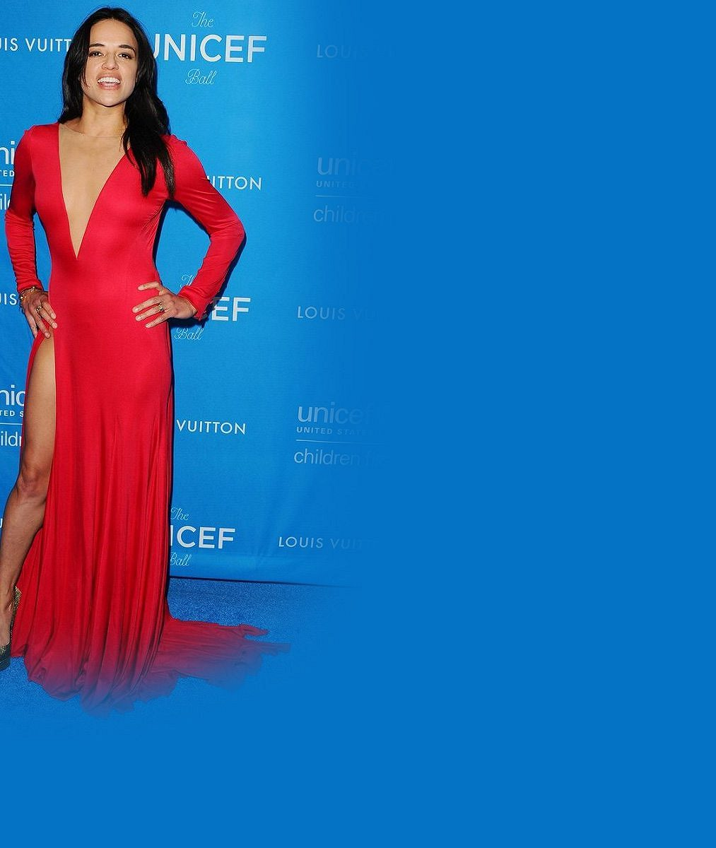 Bisexuální herečka byla tentokrát dokonalá: Vrudých šatech skryla porost vpodpaží