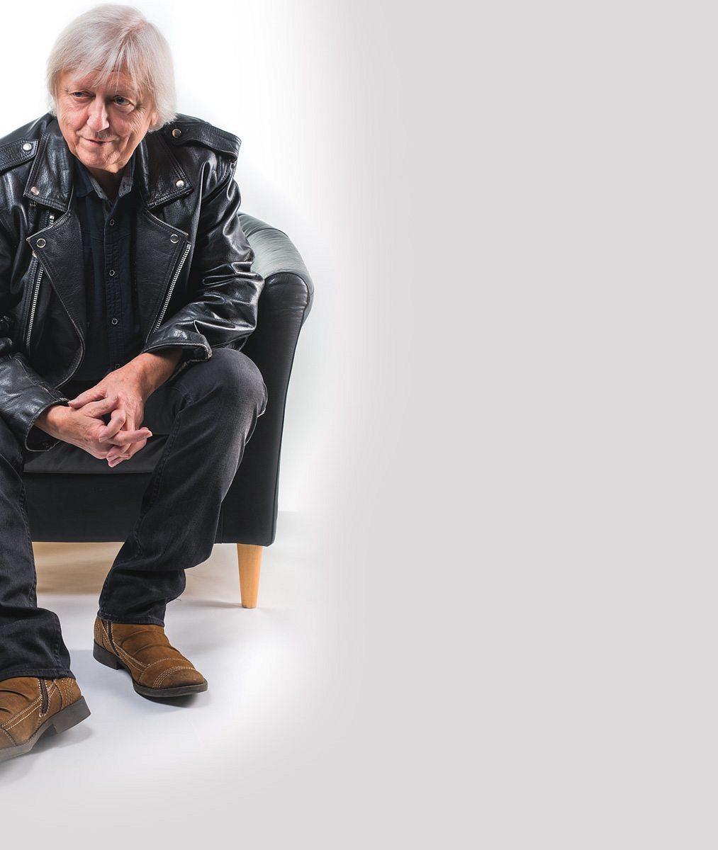 Smutek po zesnulé manželce léčí prací. Václav Neckář přichází s něčím novým, na co čekal půl století