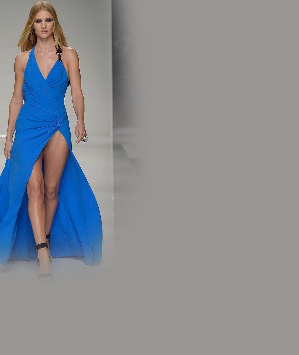 Známá modelka zazářila na přehlídce v šatech s odvážným rozparkem: Kromě sexy stehýnek ukázala i dvoje kalhotky