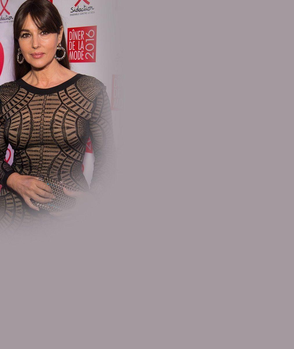 Dokonalá Monica Bellucci zdůraznila v těsných šatech své ženské křivky