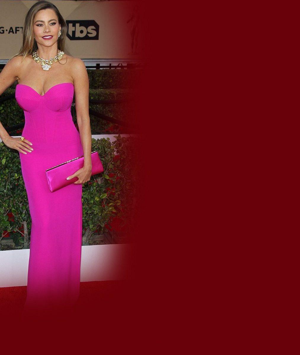 Vnadná seriálová hvězda (43) si může stále dovolit růžové šaty ve stylu barbíny