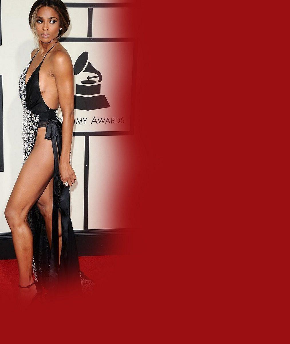 Nejodvážnější šaty z udílení cen Grammy: Sexy zpěvačka poodhalila ňadra i výstavní stehýnko