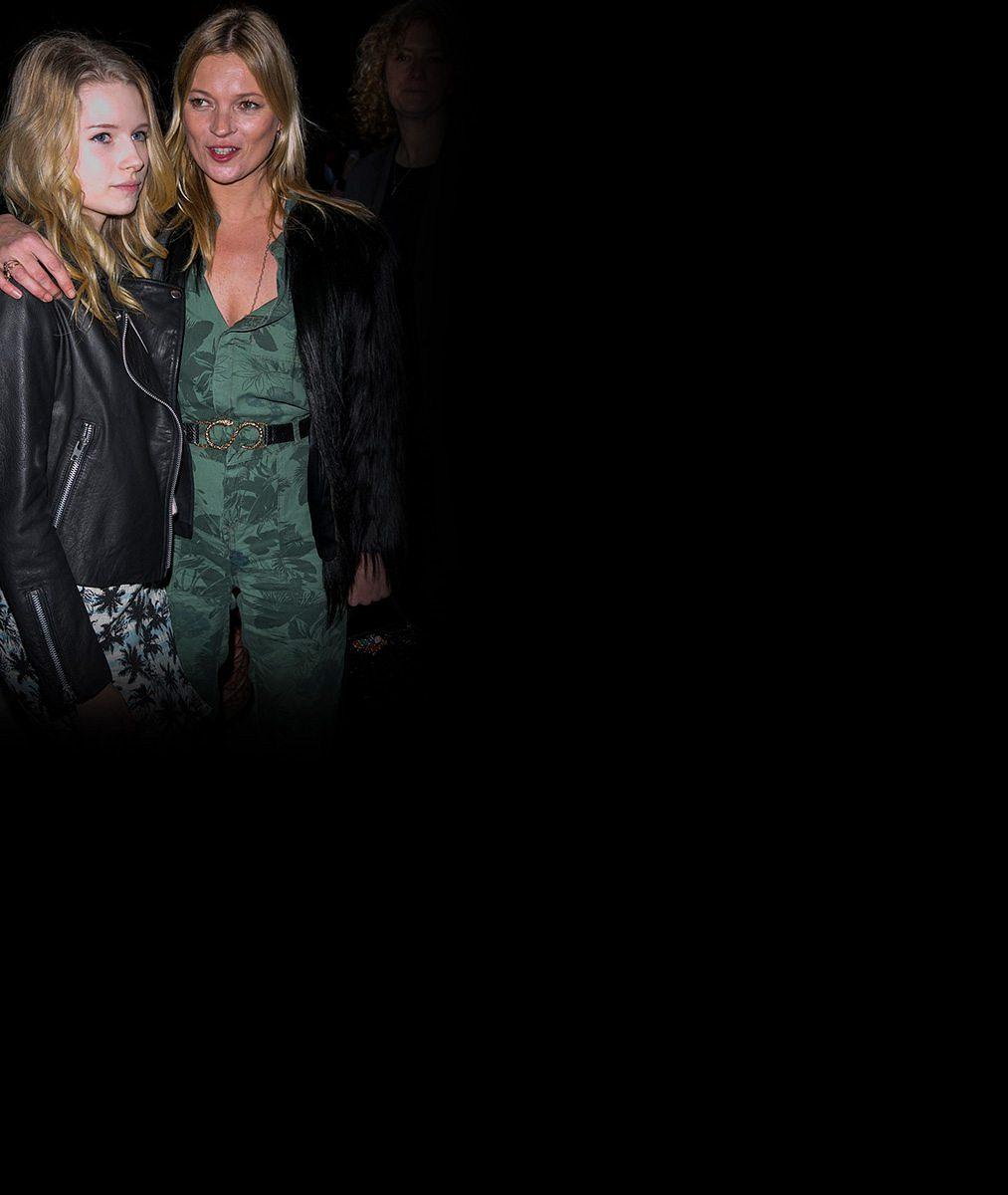 Mladičká ségra Kate Moss vystrkuje růžky: S pohledem plaché laně se natáčí v průsvitné podprsence