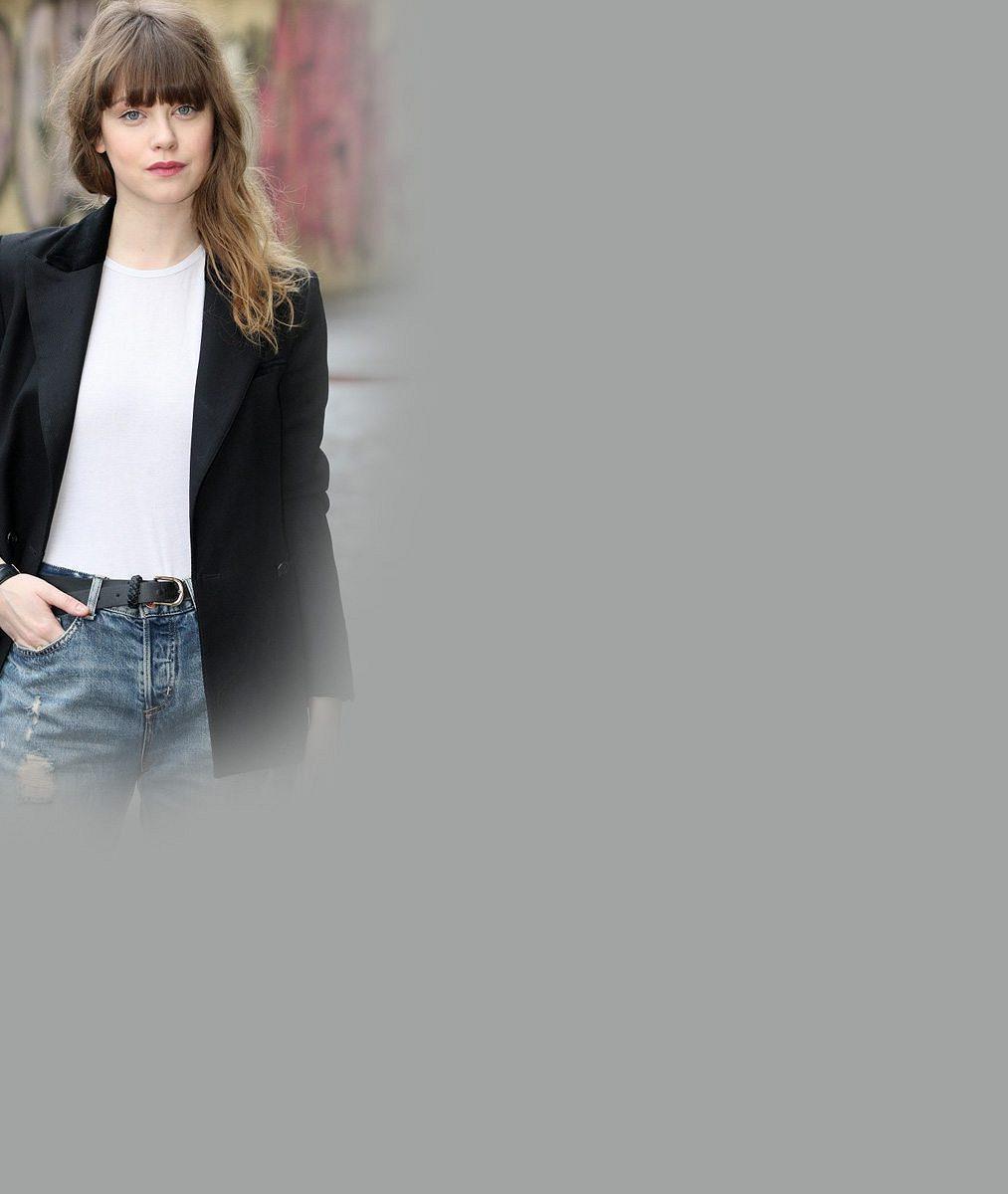 Je krásná: Jenovéfa Boková zářila na premiéře v krajce a s květinami ve vlasech