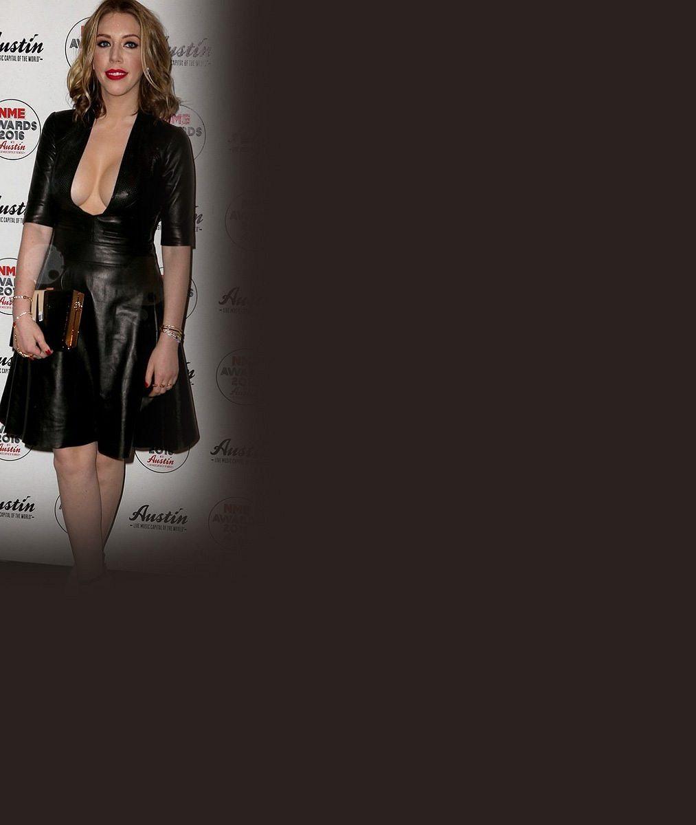 Z bavičky žhavou provokatérkou: Televizní hvězda oblékla kožené šaty s obřím výstřihem