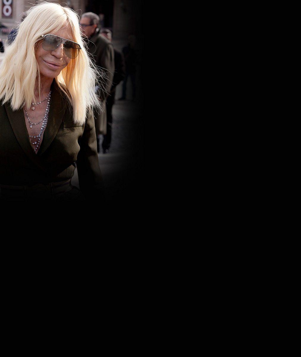 Donatella Versace ukázala v šedesáti své tenké nožky v mini