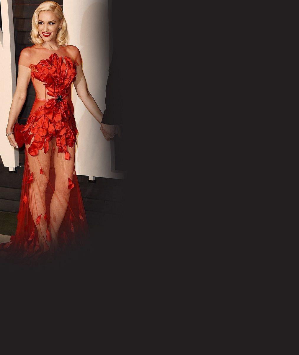 Rozvedená zpěvačka (46) je po boku nového milence ještě přitažlivější: Takhle odvážné šaty by se zdráhaly nosit idvacítky