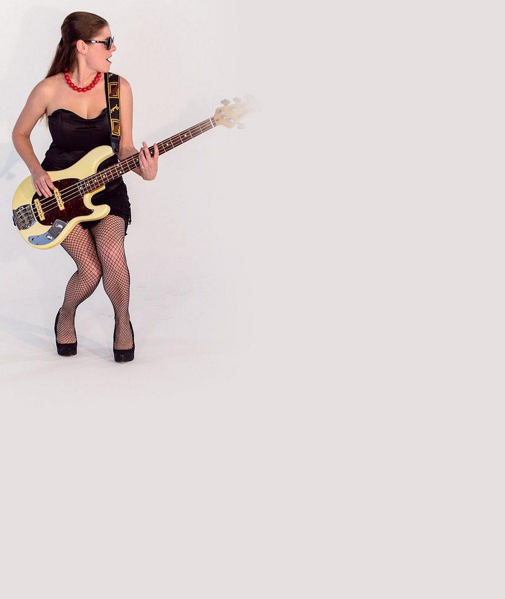 Nohy v síťce, podprsenka i noblesa dámy: Prsatá zpěvačka kultovní kapely ukázala v klipu své zbraně