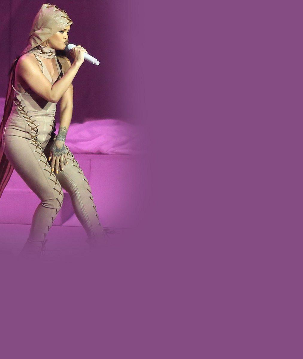 Rihanna si pod zcela průhledný župánek vzala jen kalhotky a vystavila obdivovaná ňadra