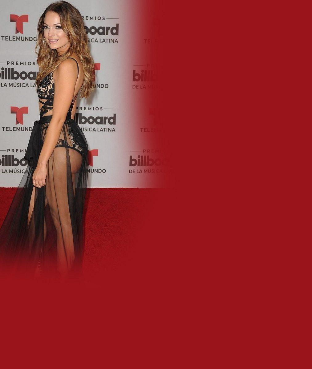 Šaty zapomněla doma? Odvážná zpěvačka dorazila na udílení hudebních cen v této prostopášné kreaci