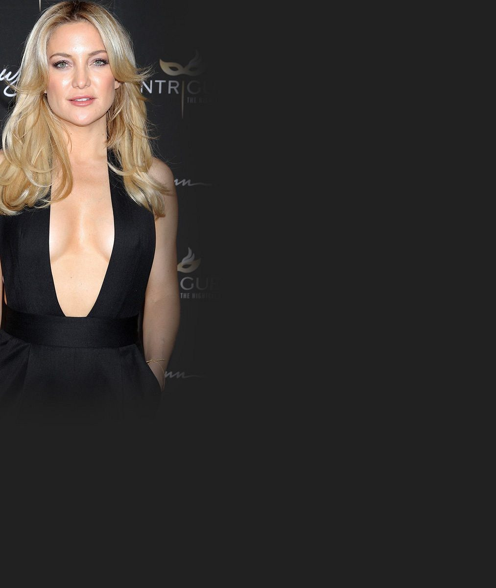 Kate Hudson vyrazila na divokou dámskou jízdu: V overalu s výstřihem až do pasu byla královnou nočního klubu